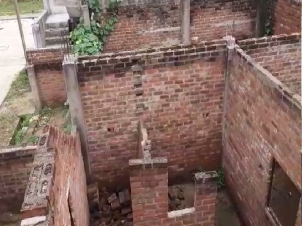 पीएम आवास योजना में अधूरा बना मकान - Money Bhaskar