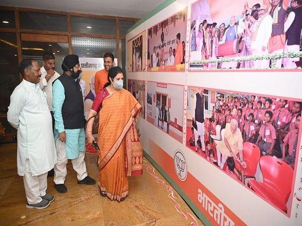 डी पुरंदेश्वरी ने फोटो प्रदर्शनी भी देखी।