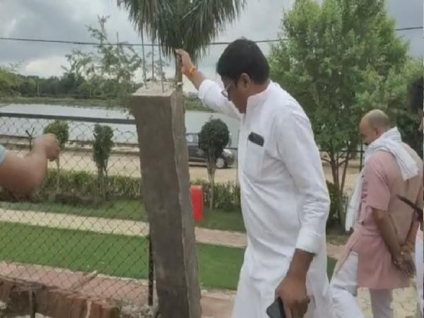 भिंड विधायक संजीव सिंह ओपन जिम के पिलर को हाथ से उखाड़ते हुए7