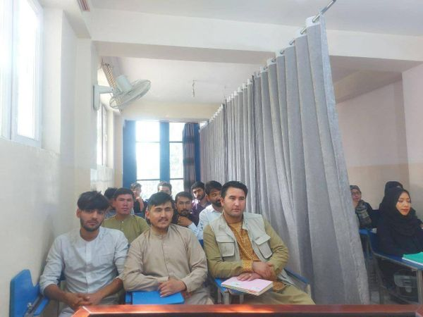 अफगानिस्तान के प्रोफेसर्स का कहना है कि वहां इतनी महिला टीचर्स नहीं हैं कि लड़के और लड़कियों के लिए महिला टीचर्स की व्यवस्था की जा सके।