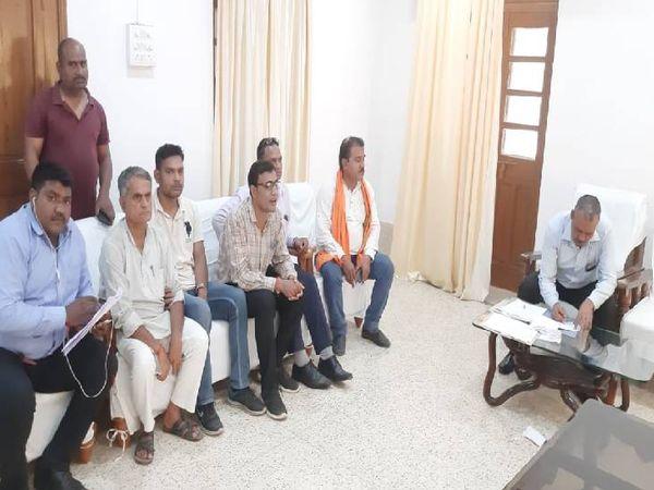 सीधी सर्किट हाउस में कार्रवाई करती रीवा लोकायुक्त की टीम - Money Bhaskar