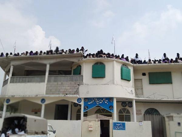 जामिया हफ्सा की छत पर सैकड़ों छात्राओं ने तालिबान के झंडे फहराए।