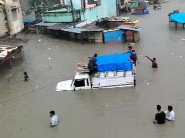 कसाई मंडी में डूबे घर और वाहन।