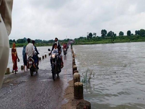 पुल पर पानी होने के बाद भी आते-जाते लोग - Money Bhaskar