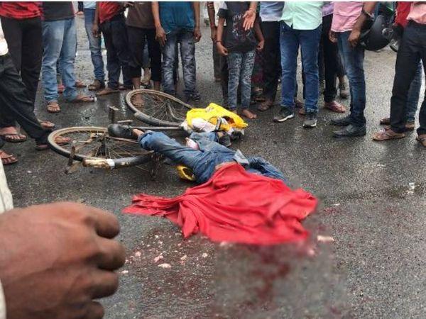घटनास्थल पर पड़ा साइकिल सवार का शव। - Money Bhaskar