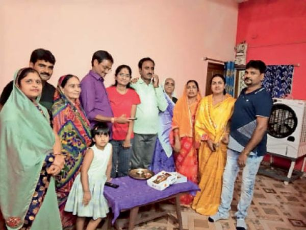 परिवार के सदस्यों ने आकांक्षा पांडेय को बधाई दी। - Money Bhaskar