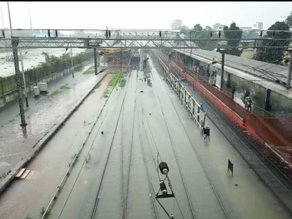 रेलवे ट्रैक पर भरा पानी।