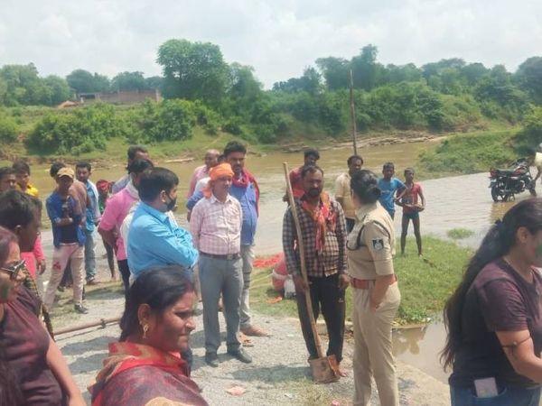 मैहर के जूरा गांव में तालाब में डूबने से 3 बच्चों की मौत।