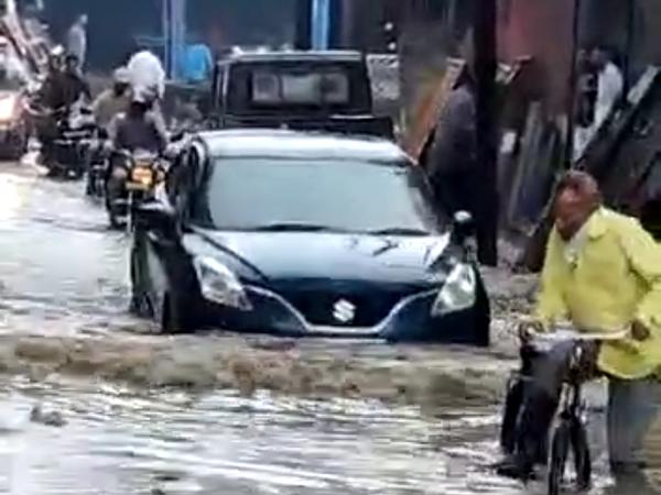 सैलाना बस स्टैंड क्षेत्र में पानी में फंस गई कार।