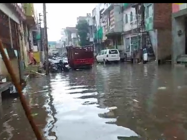 मोमिनपूरा में घरों में घुस गया बारिश का पानी।