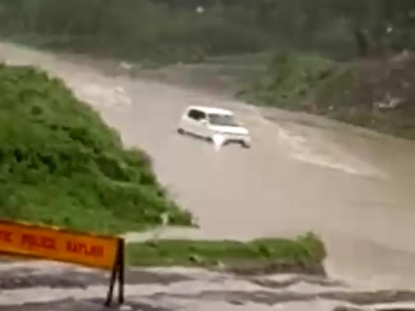 तेज बहाव में बह गई कार - Money Bhaskar