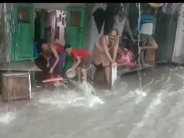 खेरादीवास क्षेत्र में घरों में घुटनों तक पानी भर गया।