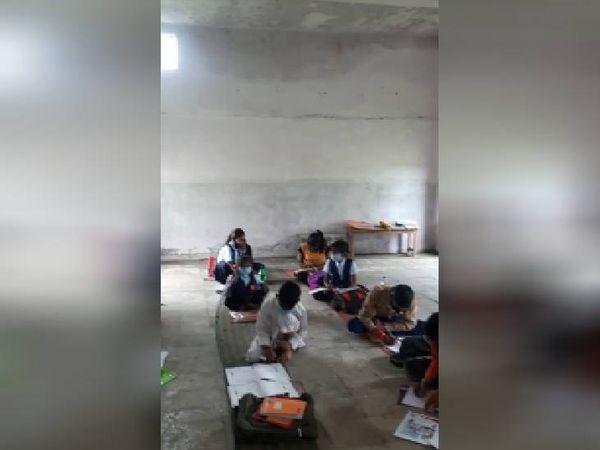 कक्षा में बैठे बच्चे। - Money Bhaskar