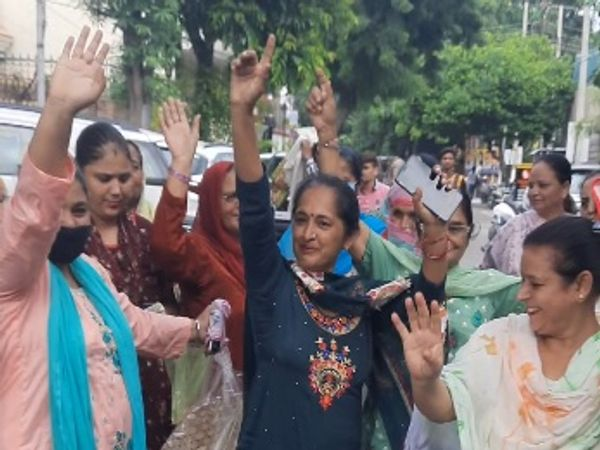 सोनी के घर के बाहर खुशी में गिद्दा डालती हुईं महिला समर्थक। - Money Bhaskar