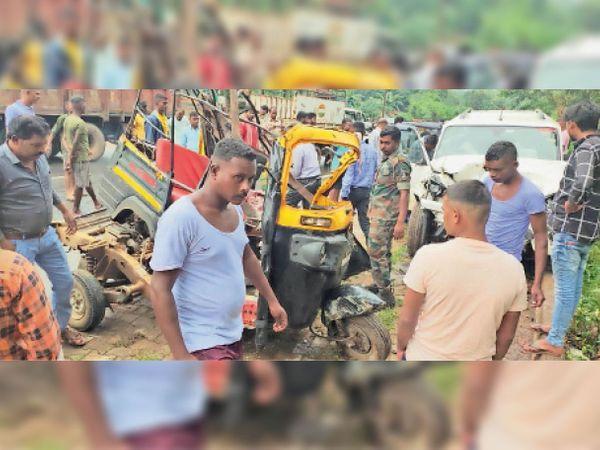 फरसगांव. रविवार को हादसे के बाद घायलों की मदद करने मौके पर पुलिस के जवान पहुंचे। - Money Bhaskar