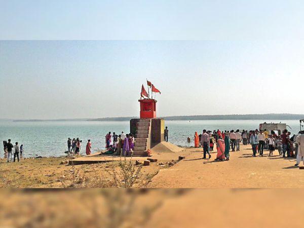 यह तस्वीर 1 सितंबर की है, जब कम बारिश से गंगरेल बांध का पानी मंदिर के पीछे था। - Money Bhaskar
