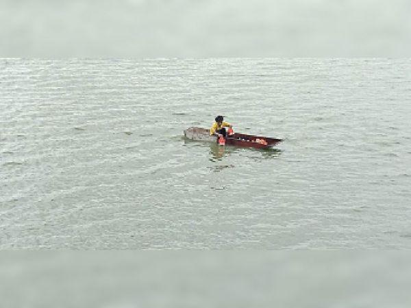 मुंज सागर तालाब में नाविकाें ने किया प्रतिमाअाें का विसर्जन। - Money Bhaskar