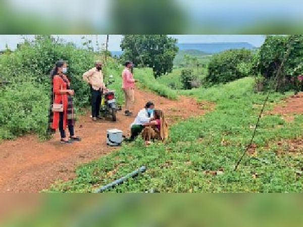 अादिवासी क्षेत्र में कम उपलब्धि हाेने से टीम ने खेताें में जाकर लगाया टीका। - Money Bhaskar