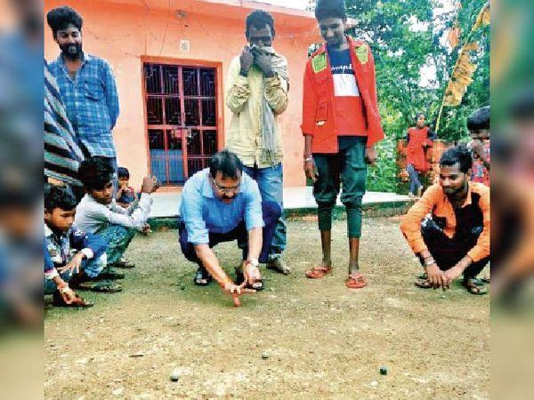 मथवाड़ में एसपी सिंह ने बच्चाें के साथ कंचे खेलकर उनमें पुलिस का भय दूर किया। - Money Bhaskar