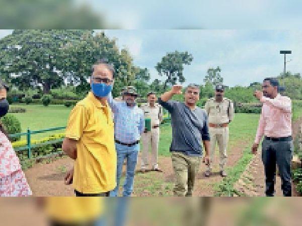 मांडू. टेलीस्कोप लगाने के लिए जगह का निरीक्षण करते ससीएफ मोहंता व साथ में अन्य अधिकारी। - Money Bhaskar
