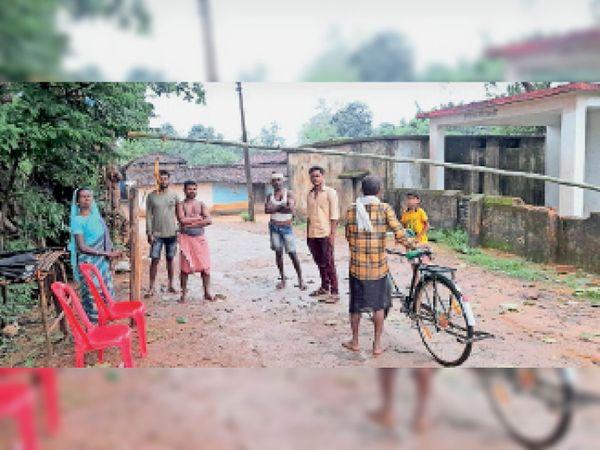 भानुप्रतापपुर। ग्रामीण गांव के मुख्य मार्ग पर बैरियर लगाकर कर रहे पहरेदारी। - Money Bhaskar