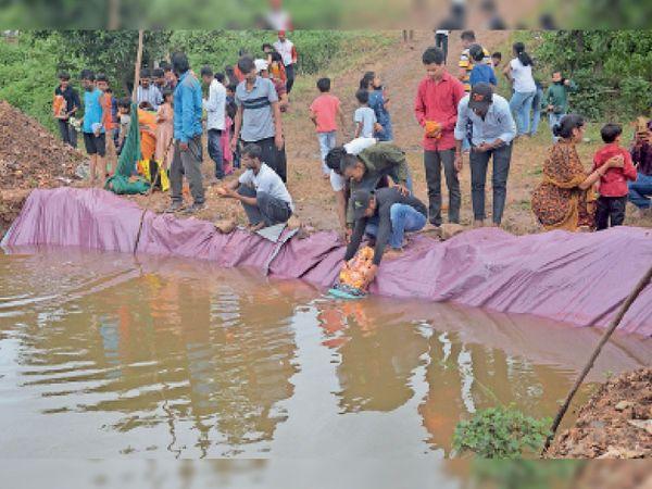 काकड़पुरा तालाब पर श्रद्धालुओं ने गणेशजी की प्रतिमा का कृत्रिम कुंड में उत्साह के साथ विसर्जन किया। - Money Bhaskar
