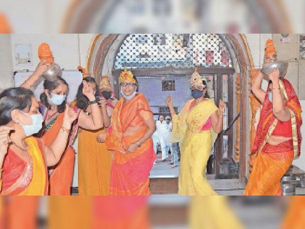 महिलाओं ने सिर पर कलश रखकर मंदिर प्रांगण में भ्रमण किया। - Money Bhaskar