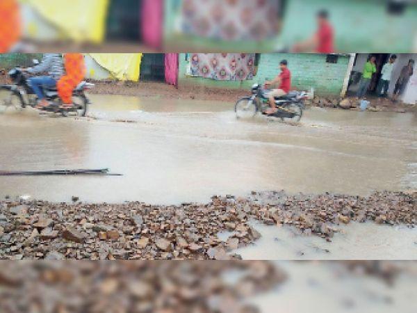 रोड पर पानी भरने से आने-जाने वाले लोगों को दिक्कतों का सामना करना पड़ रहा है। - Money Bhaskar