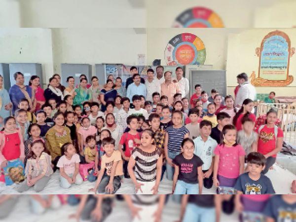समता भवन नौलाईपुरा में आयोजित चित्रकला स्पर्धा में शामिल हुए बच्चे। - Money Bhaskar