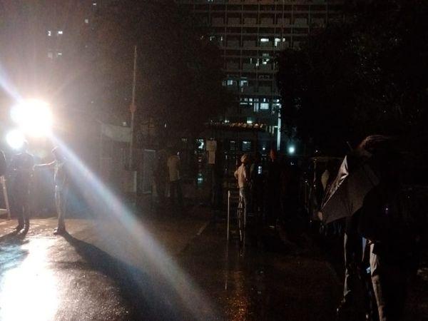 पंजाब सचिवालय के बाहर बारिश के बीच पुख्ता सुरक्षा व्यवस्था नजर आई।