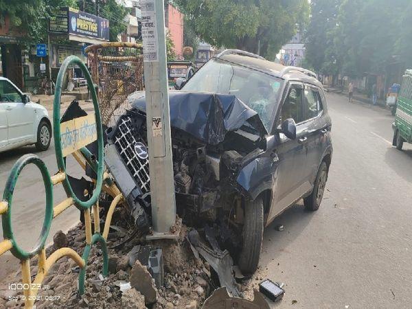 इस तरह महिला थाना के सामने कार पोल से टकराई, इस समय सड़क पर काफी लोग निकल रहे थे, एक बड़ा हादसा टल गया - Money Bhaskar