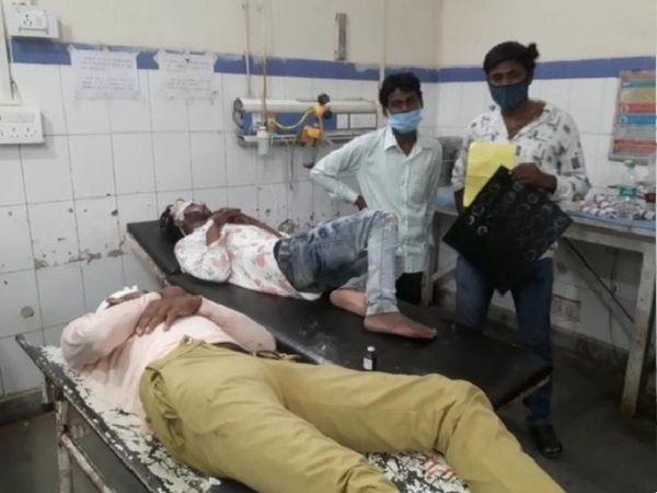 मारपीट में घायल युवक अस्पताल में इलाज कराते हुए - Money Bhaskar