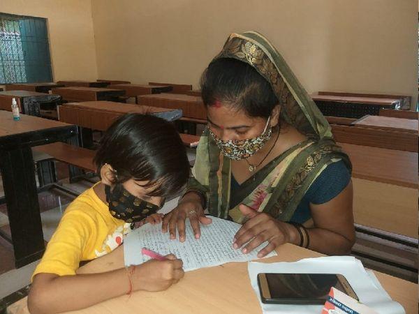 पदमा स्कूल में 5 साल की कुसुम पहली कक्षा में है। क्लास में मां साथ बैठी तभी उसने पढ़ाई की। डेढ़ साल से मां ही उसकी टीचर और स्कूल है। - Money Bhaskar