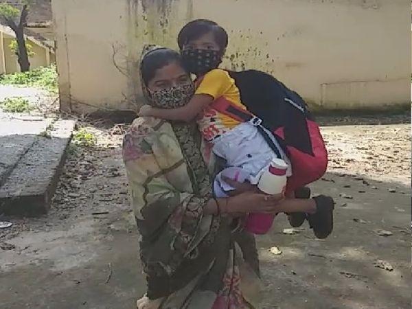 कुछ इस तरह बच्चे स्कूल पहुंचे, कोई पापा की गोद में था तो कोई मां की गोद में सवार होकर स्कूल आया