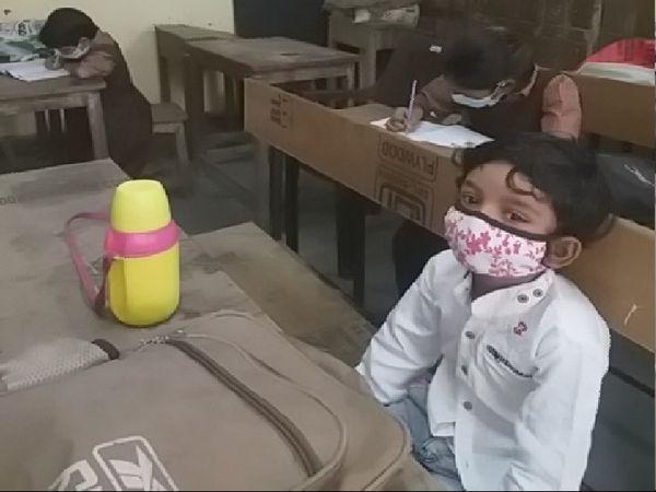 डेढ़ साल बाद स्कूल में पहला दिन गोरखी स्कूल में अपनी बेंच पर बैठा यह छात्र उसकी आंखे और चेहरा सब कुछ बंया कर रहा है