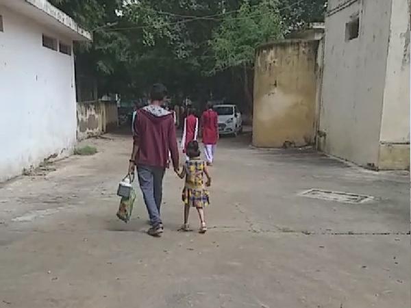 पदमा विद्यालय में बच्चों को क्लास तक छोड़ने जाते परिजन
