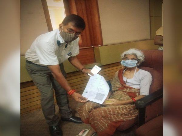 वैक्सीन लगाने के बाद वृद्ध मां को सार्टिफिकेट देते चेंबर के मानसेवी सचिव डॉ. प्रवीण अग्रवाल