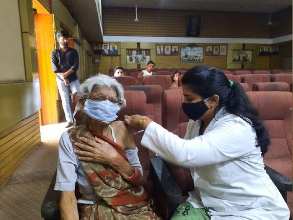 75 वर्षीय वृद्ध गोमती देवी को चैंबर में वैक्सीन लगाई गई। - Money Bhaskar