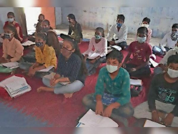 हिंडौन सिटी| राज्य सरकार के निर्देश पर 6से 8वीं के विद्यालय खुलने पर राउमावि में पहले दिन छात्र -छात्राओं ने कोविड -19 एडवाइजरी की पालना करते हुए अध्ययन किया। - Money Bhaskar