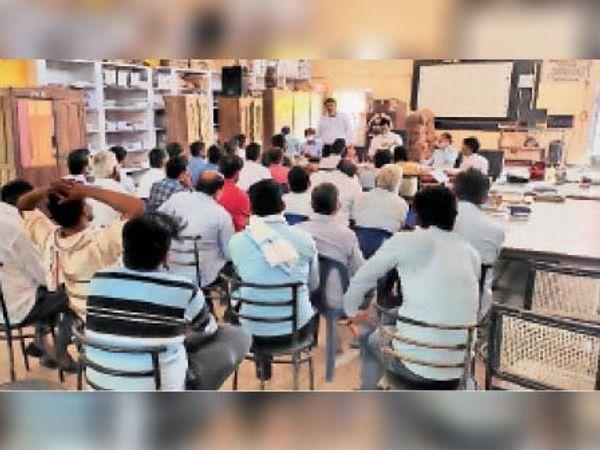 टोडाभीम|जीप स्टैंड पर आयोजित निजी विद्यालय संचालकों की बैठक में उपस्थित अधिकारी व निजी विद्यालय संचालक। - Money Bhaskar
