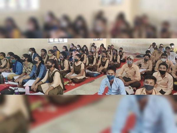सरकारी स्कूल कक्षा 1 से 12 तक- 1091 {कक्षा एक से 12 तक विद्यार्थी- 1 लाख 57 हजार 910 { जिले में निजी स्कूल- 700 - Money Bhaskar