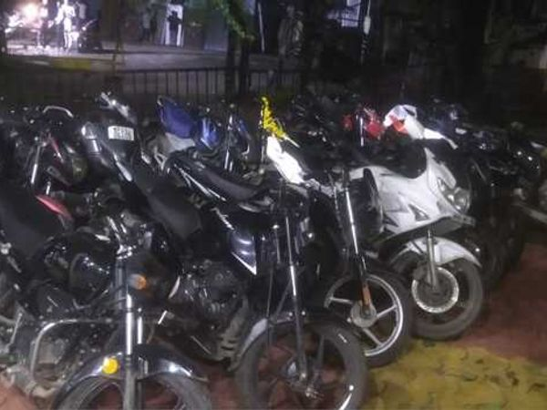 बाइकों को थाने में खड़का किया गया है। - Money Bhaskar