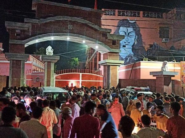 बाघंबरी गद्दी मठ के बाहर भारी भीड़ जमा हो गई है।