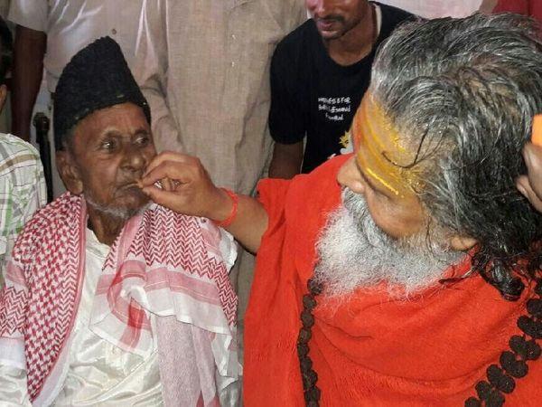 महंत नरेंद्र गिरि ने हाशिम अंसारी को मिठाई भी खिलाई थी। उनके विभिन्न धर्म के लोगों से संबंध थे।