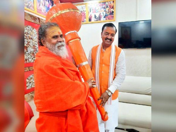 19 सितंबर को महंत नरेंद्र गिरि से डिप्टी सीएम केशव प्रसाद मौर्य ने आशीर्वाद लिया था।