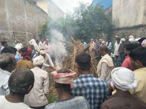 शमशान में लाश जलाते लोग - Money Bhaskar