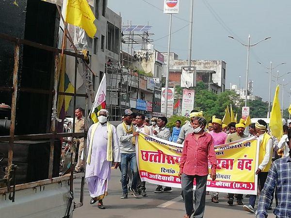 कोरबा की सड़कों पर रैली निकालकर दुकान बंद करने को कहते प्रदर्शनकारी।