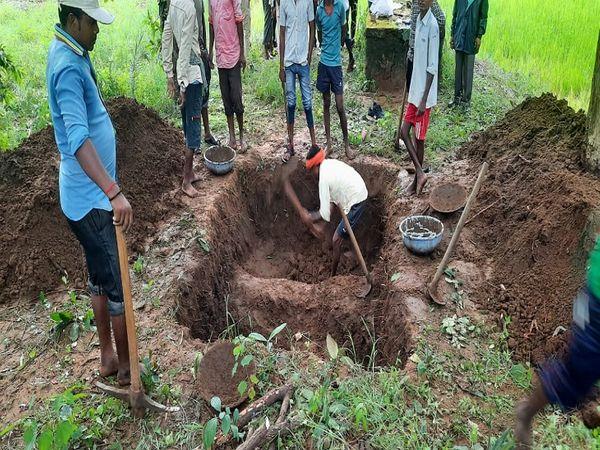 पोस्टमॉर्टम के बाद हाथी के बच्चे के शव को दफना दिया गया है।