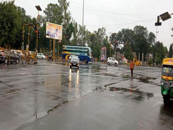 शिवाजी प्रतिमा चौराहाआधे घंटे बाद धीमी हुई बारिश - Money Bhaskar