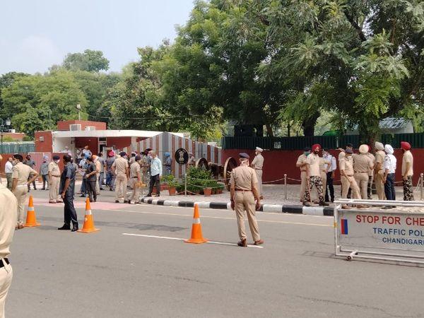 पंजाब राजभवन के बाहर मौजूद पुलिसबल।